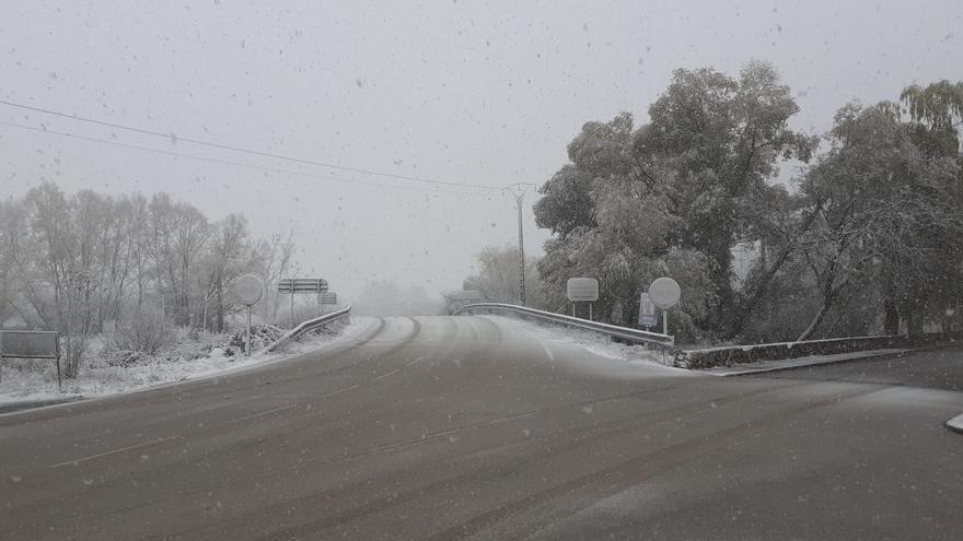 Dos autobuses con unos 80 pasajeros quedan atrapados en Cuenca debido a la nieve y el barro