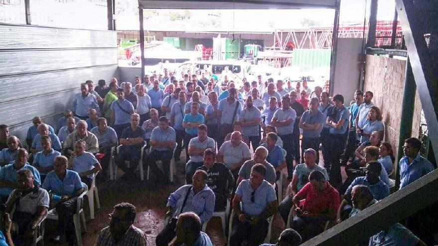Asamblea extraordinaria de la Asociación Pro Derechos del Taxista Autónomo de Canarias (Asprotac) en Las Palmas de Gran Canaria.