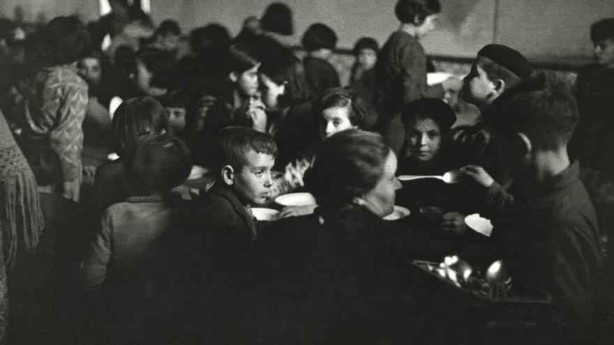 Refugiados en el comedor del Colegio Santo Ángel. Gijón, 2 de enero de 1937. Constantino Suárez