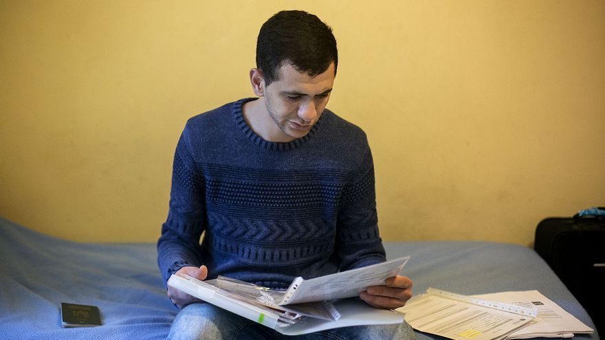 Mohammed, un joven extutelado, en un piso para jóvenes migrantes sin papeles en Barcelona
