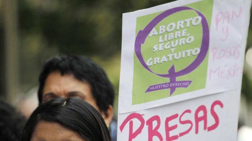 """Una mujer porta un cartel con el lema """"Presas por abortar, libertad"""" en una protesta en México"""