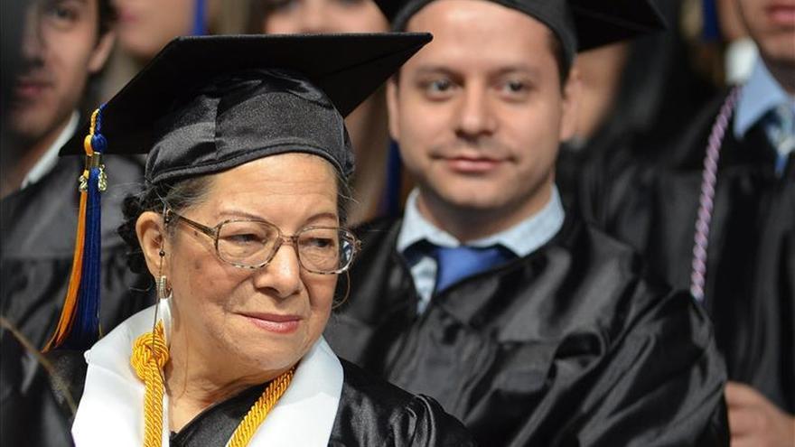 Octogenaria colombiana se gradua junto a sus nietos en universidad de Miami