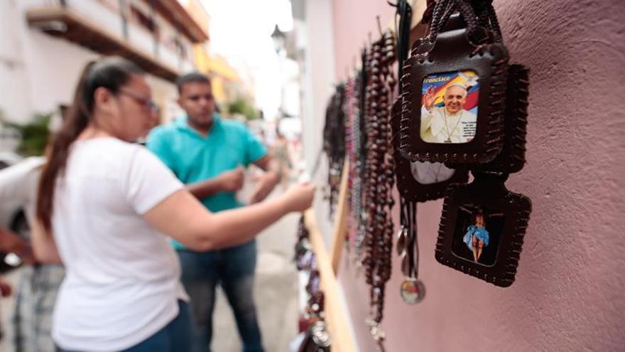 La visita del papa aviva el fervor y dispara las ventas religiosas en Cartagena
