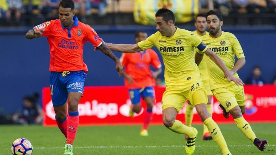 El centrocampista de Las Palmas Bruno Soriano (i) disputa un balón con el centrocampista del Villarreal Jonathan Vieira, durante el partido de la novena jornada de la Liga de Primera División en el estadio de El Madrigal, en Villarreal. EFE/Miguel Ángel Polo