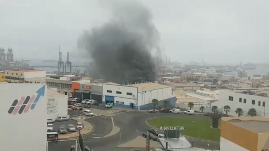 Aparatoso incendio en una nave situada en el puerto de Las Palmas de Gran Canaria