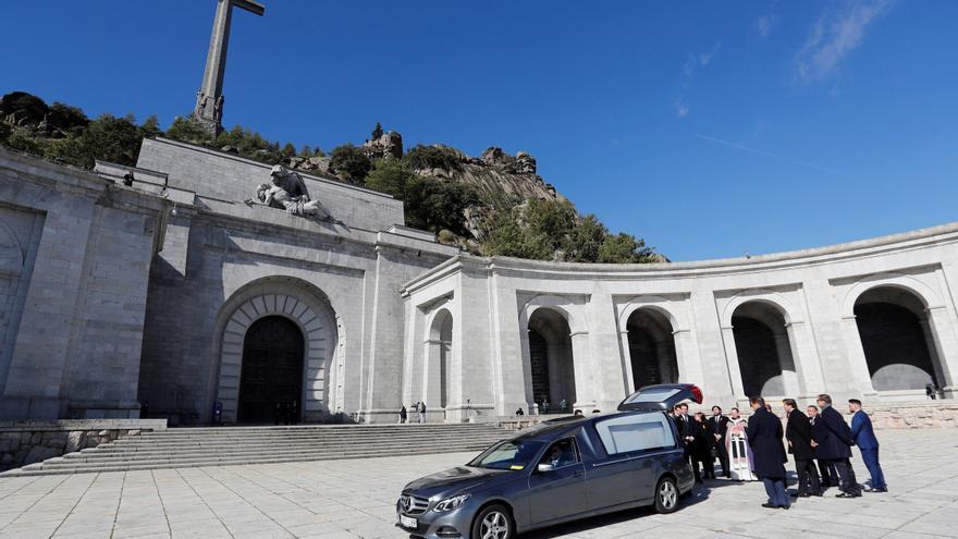 Los Franco trasladan el féretro con los restos del dictador tras la exhumación del cuerpo del Valle de los Caídos.