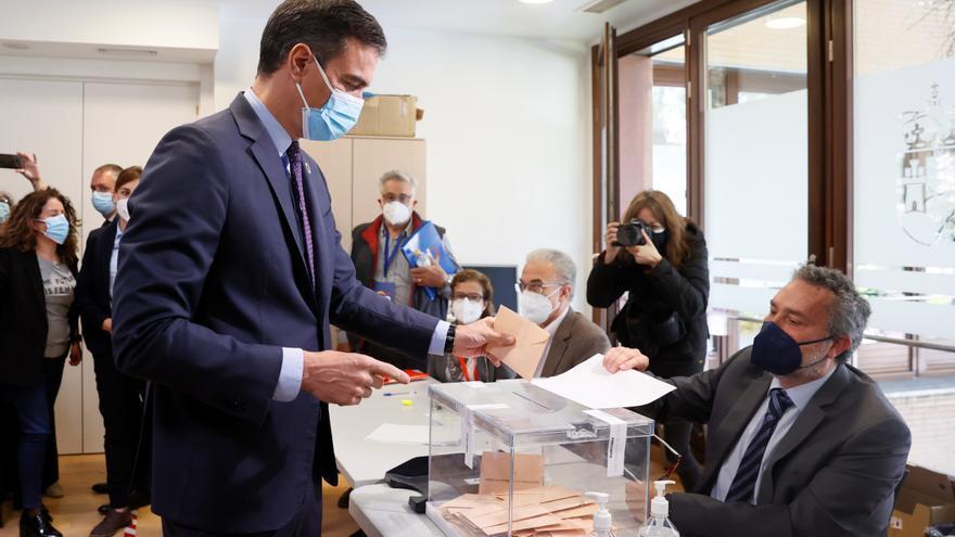 Sánchez llama a votar en medio de un incesante cruce de abucheos y aplausos