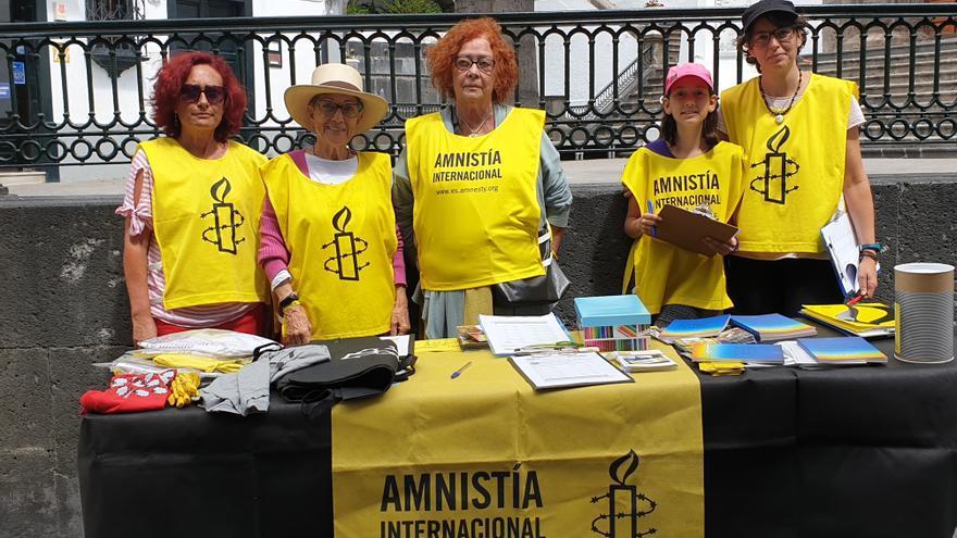 Activistas de Amnistía Internacional este sábado en la Calle Real de la capital.