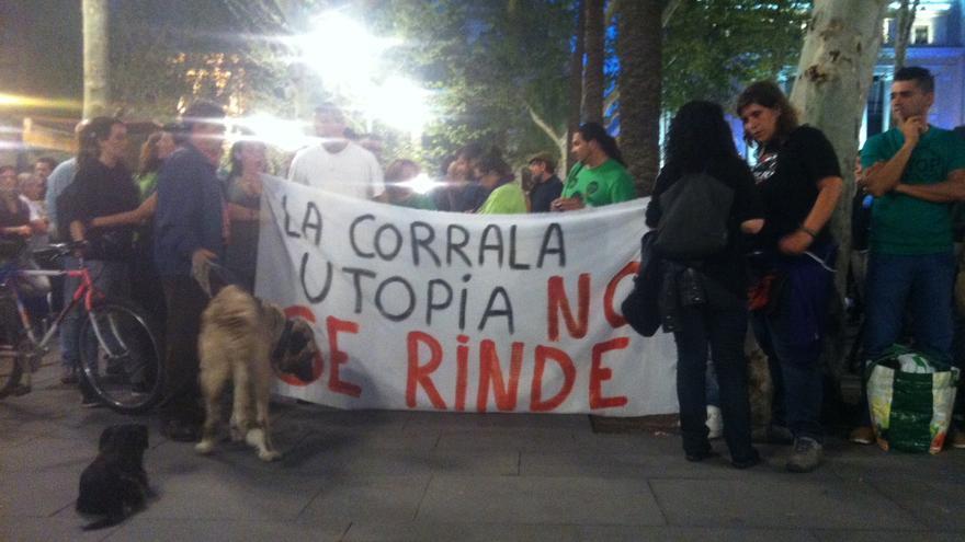 Vecinas y miembros de la PAH sostienen una pancarta durante la concentración.