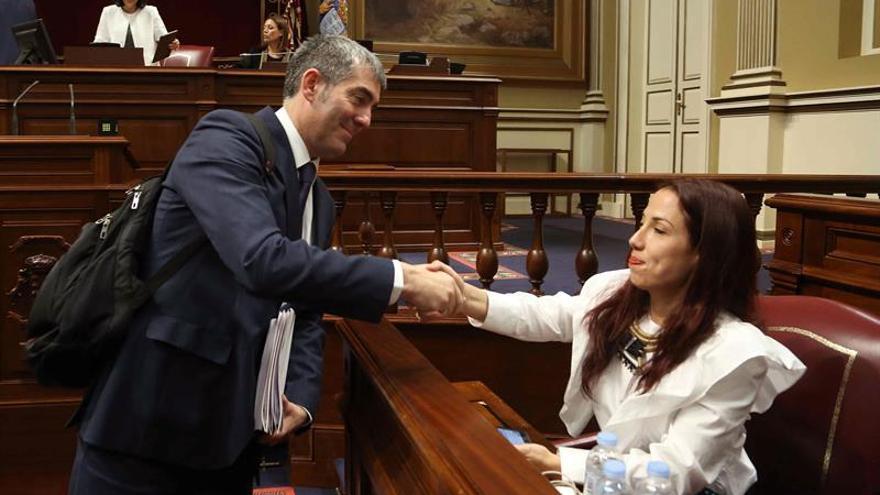El presidente del Gobierno de Canarias, Fernando Clavijo, saluda a la presidenta del grupo socialista, Patricia Hernández, al término de la segunda jornada del debate sobre el estado de la nacionalidad.