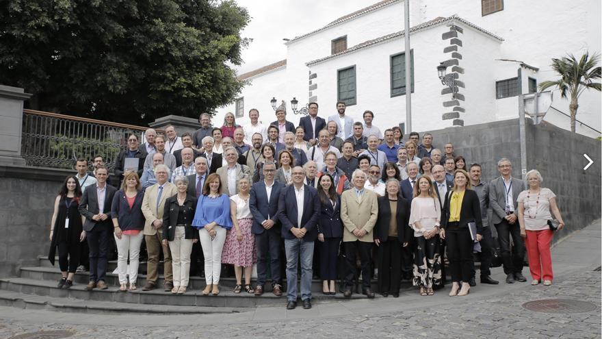 Organizadores, autoridades políticas y participantes del congreso 'Preserving the Skies', en Santa Cruz de La Palma. Foto: Elena Mora (IAC).