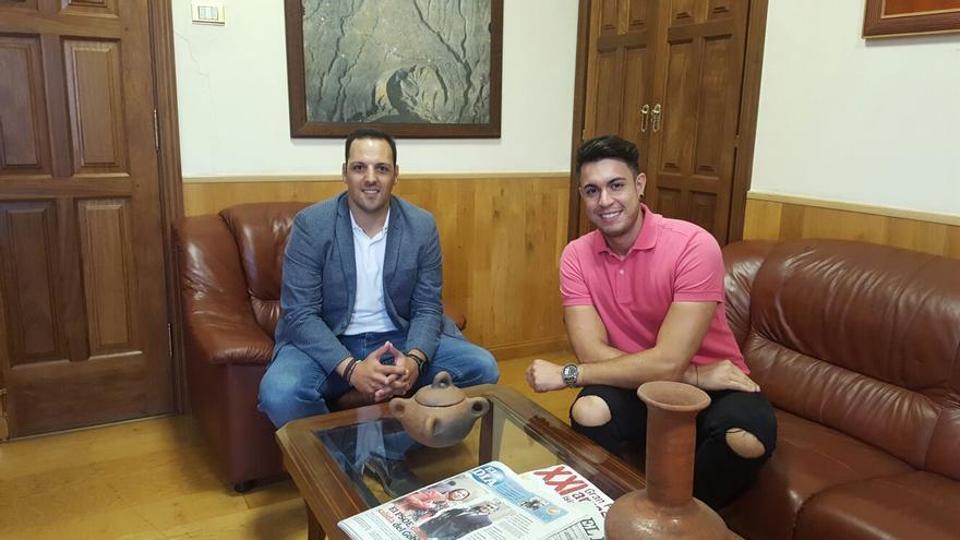 Jonathan Felipe (i) y Elvis Sanfiel en el Ayuntamiento de Breña Alta.