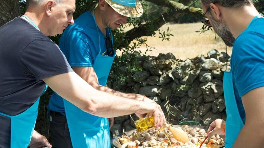 Preparando una paella entre emprendedores (Imagen: Menorca Millennials | Facebook)