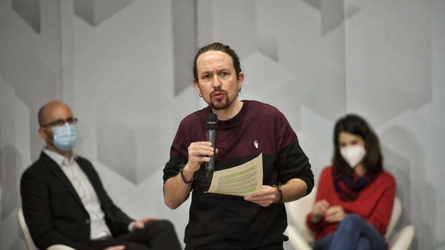 El secretario general de Podemos, Pablo Iglesias, junto a la coportavoz de la formación, Isa Serra, y el secretario de Estado de Derechos Sociales, Nacho Álvarez, durante un acto organizado por el partido sobre las políticas de vivienda.