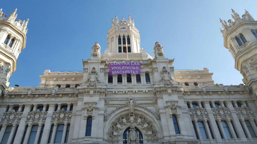 El Ayuntamiento de Madrid, con una pancarta contra la violencia machista la víspera del 7N. / @AhoraMadrid