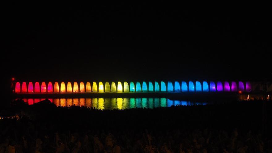 El dique del Puerto de Tazacorte se inauguró con los colores de la bandera arcoíris. Foto: JOSÉ AYUT