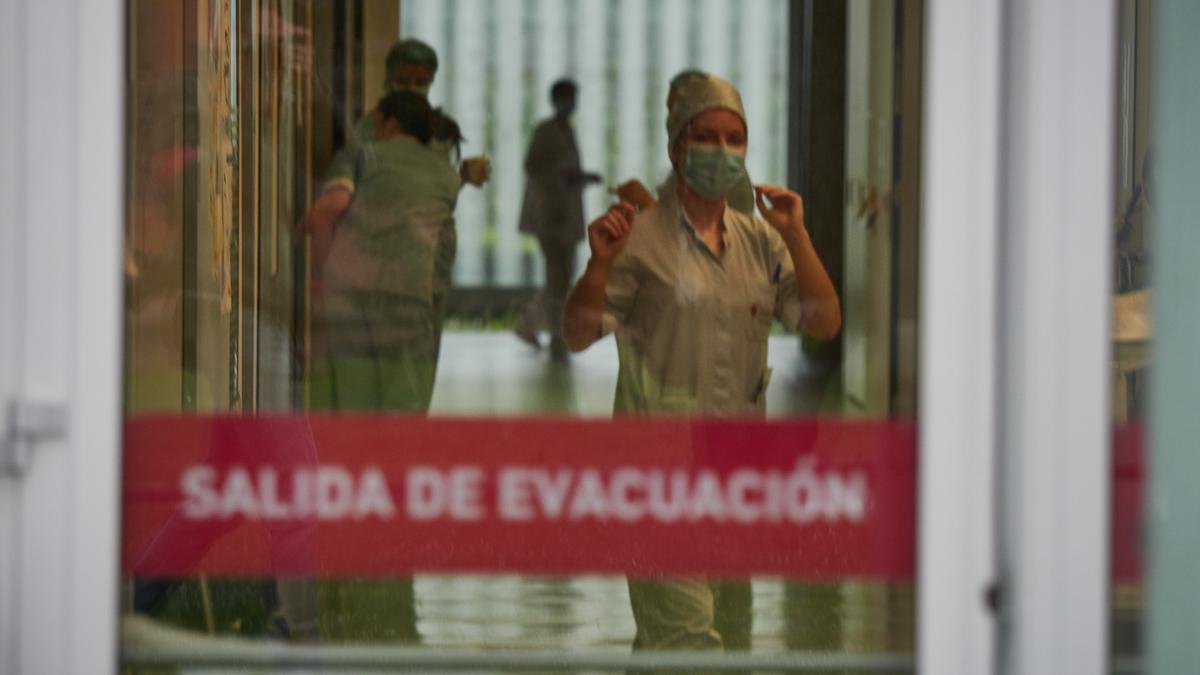 Trabajadores sanitarios en las inmediaciones del Complejo Hospitalario de Navarra