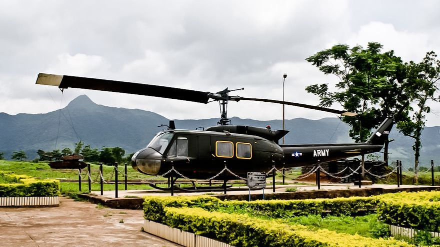 Un helicóptero norteamericano abandonado en la Base de Khe Sanh, escenario del asedio más prolongado de la Guerra de Vietnam.