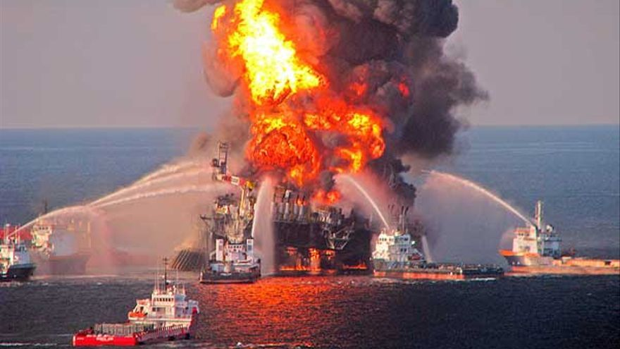 La plataforma Deepwater Horizon arde en el Golfo de México.