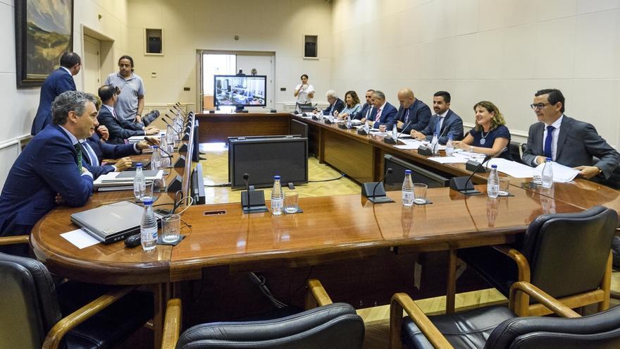El Gobierno se compromete con Canarias a que el convenio de carreteras entre en vigor en enero de 2018