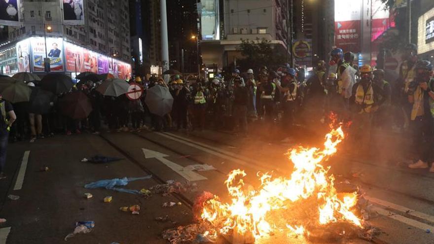 Al menos cinco personas en estado grave tras enfrentamientos en Hong Kong