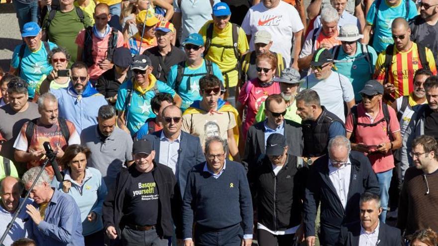 """Presidente de la Generalitat de Catalunya, Quim Torra (c), junto a los simpatizantes independentistas, durante el recorrido por la AP-7 desde Girona de una de las """"Marchas por la libertad"""". EFE/David Borrat"""