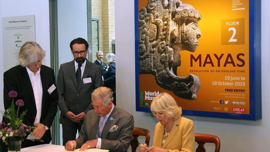 El príncipe Carlos visita exposición sobre los mayas en el Museo de Liverpool