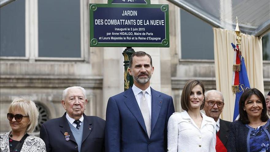"""La placa en el """"Jardín de los combatientes de La Nueve, liberadores del Ayuntamiento de París el 25 de agosto de 1945"""". / EFE"""