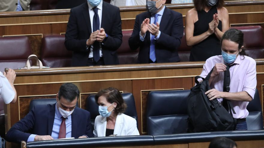 (I-D, primera fila) El presidente del Gobierno, Pedro Sánchez; la vicepresidenta primera, Carmen Calvo; y el vicepresidente segundo, Pablo Iglesias, tras la aprobación de las medidas económicas de la Comisión de Reconstrucción en una sesión plenaria en el