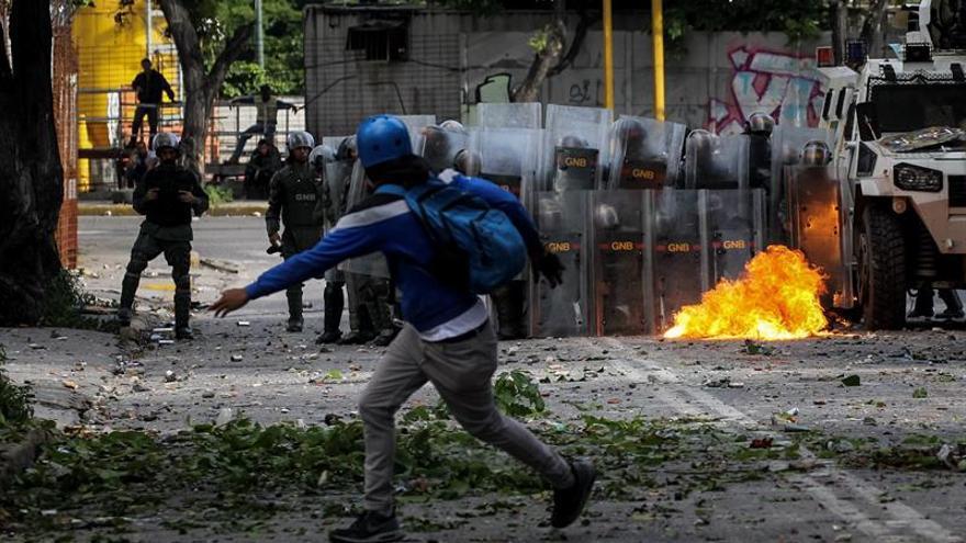 Opositores y policías se enfrentan al término de una protesta en Caracas