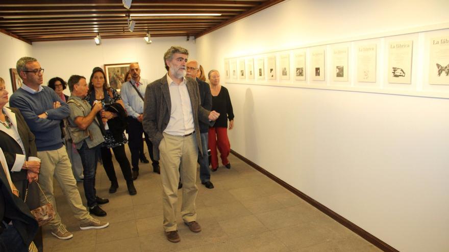 Recorrido por la exposición en el acto inaugural. Foto: JOSÉ AYUT.