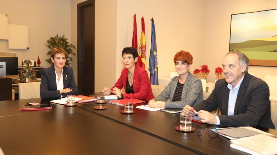 Bakartxo Ruiz y Adolfo Araiz, de EH Bildu, en la primera reunión para negociar los presupuestos con María Chivite y Elma Saiz, del PSN