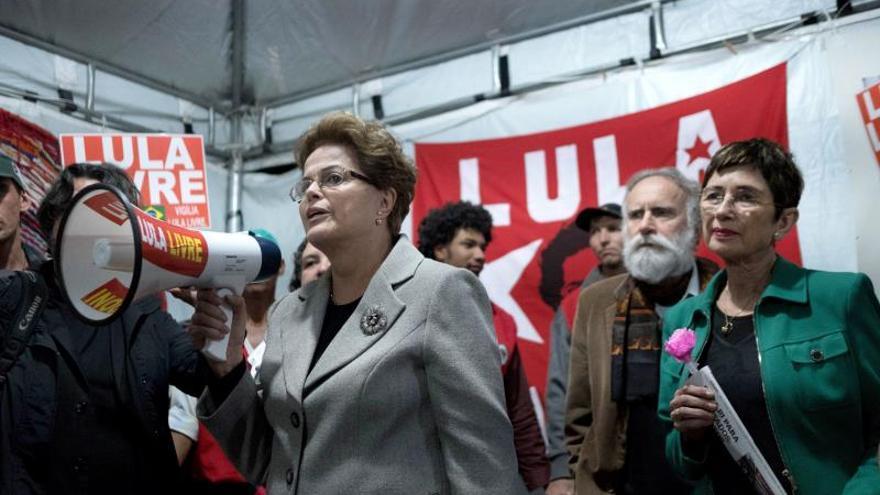 Pilar del Río (derecha) junto a Dilma Rousseff en una concentración de apoyo a Lula da Silva