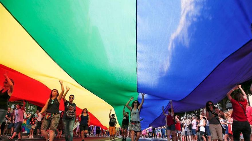 Dieciocho vehículos recorren Valencia en la marcha del Orgullo LGTB