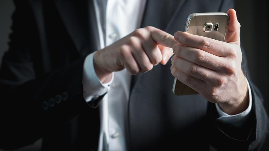Hombre utilizando un teléfono móvil.