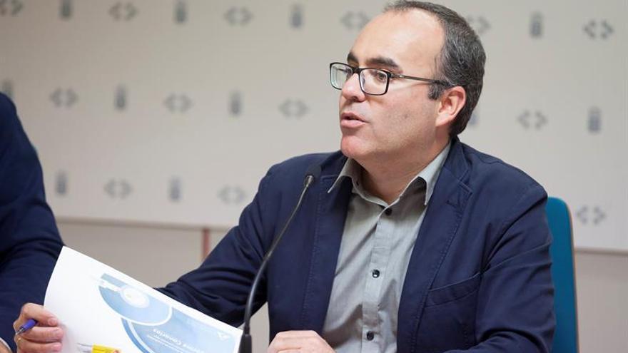 El director general de Salud Pública del Gobierno de Canarias, Ricardo Redondas, durante la rueda de prensa en la que dio a conocer la encuesta nacional ESTUDES 2014 sobre el uso de drogas en Enseñanzas Secundarias. EFE/Ramón de la Rocha.