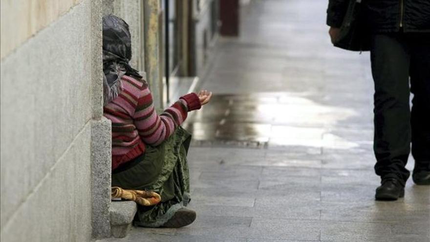 Imagen de archivo de una persona pidiendo en la calle.