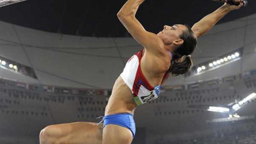 Elena Isinbayeva saltando.