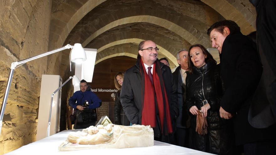 El presidente de Aragón, Javier Lambán (izqda), visitando los bienes en el Monasterio de Sijena