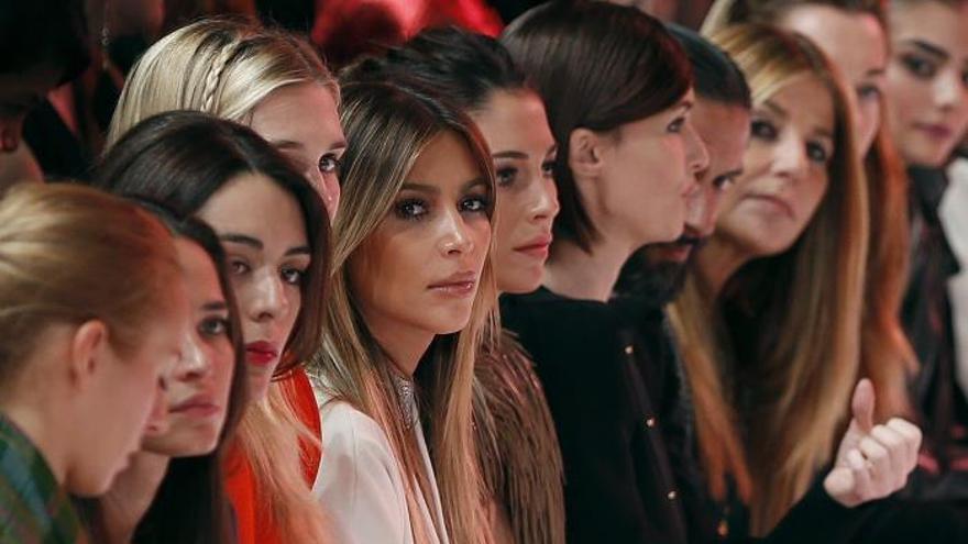 Rolland fluye por los rayos del sol en la semana de la Moda de París