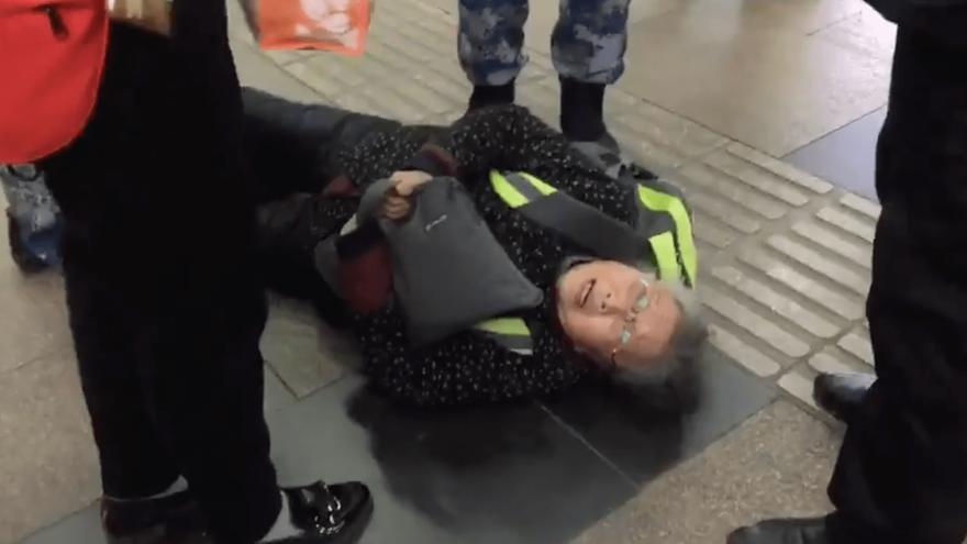 Imagen de la Abuela Pu, siendo detenida