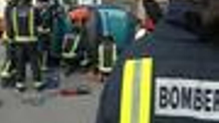 Bomberos y policías realizan un simulacro de accidente de tráfico en Valencia