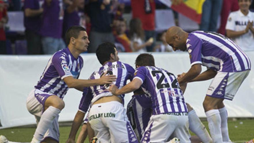 Los jugadores del Valladolid celebran el gol. (lfp.es)