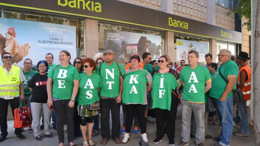 Protesta de la PAH ante la sede de Bankia en Castellón.