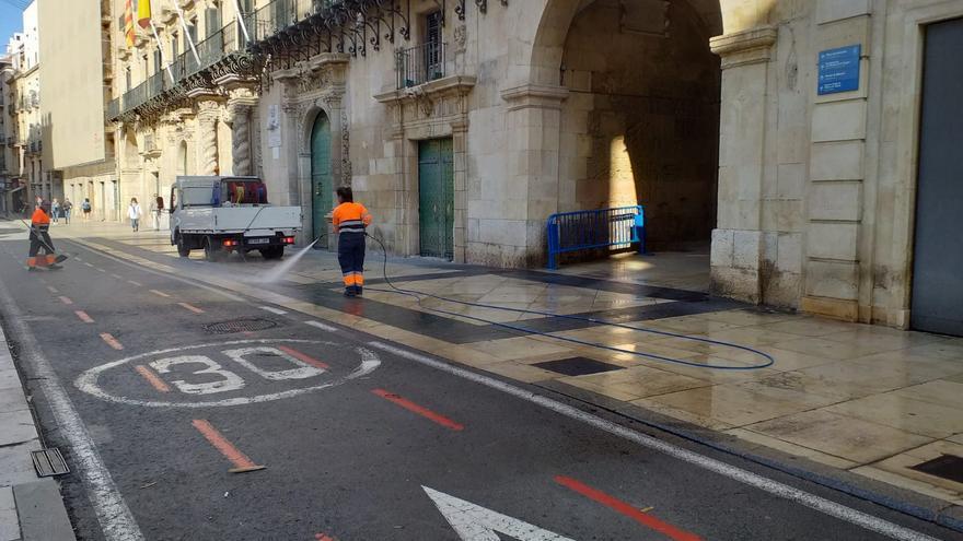Operarios municipales trabajan en labores de limpieza en la ciudad de Alicante