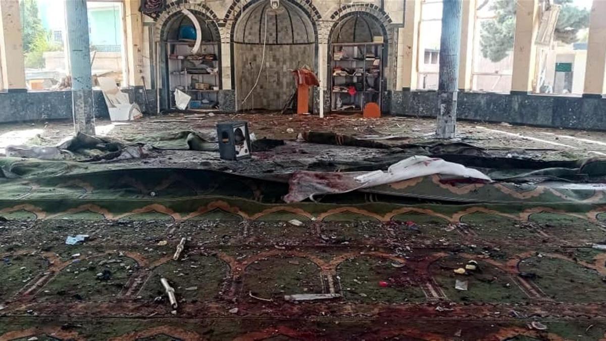 Vista de la destrucción causada en el lugar de la explosión de una bomba dirigida a una mezquita musulmana chiíta en Kunduz, Afganistán, 8 de octubre de 2021.