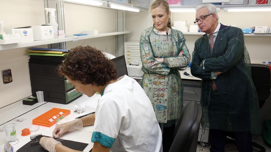 Cristina Cifuentes y Jesús Sánchez-Martos en el hospital Gregorio Marañón. / Madrid.org