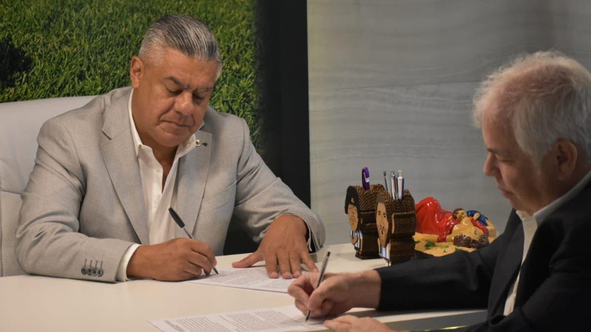El presidente de la AFA, Claudio Tapia, y el gerente general de Disney, Guillermo Tabanera, firman el nuevo acuerdo por los derechos de televisión del fútbol de primera, que rige hasta 2030.