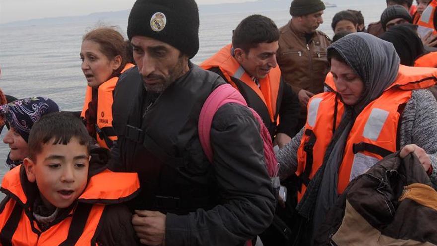 Refugiados y migrantes llegan a la costa de Mytilini, en la isla de Lesbos (Grecia), desde Turquía.