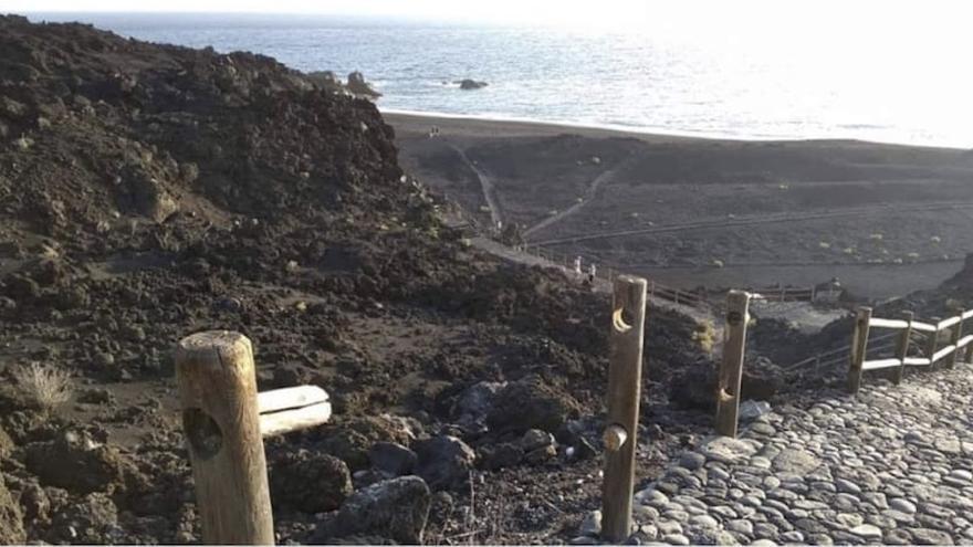 En la imagen, las barandas cortadas en el acceso a la playa de Echentive.